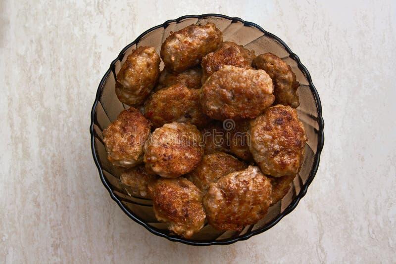 Petits pâtés de viande dans le plat images libres de droits
