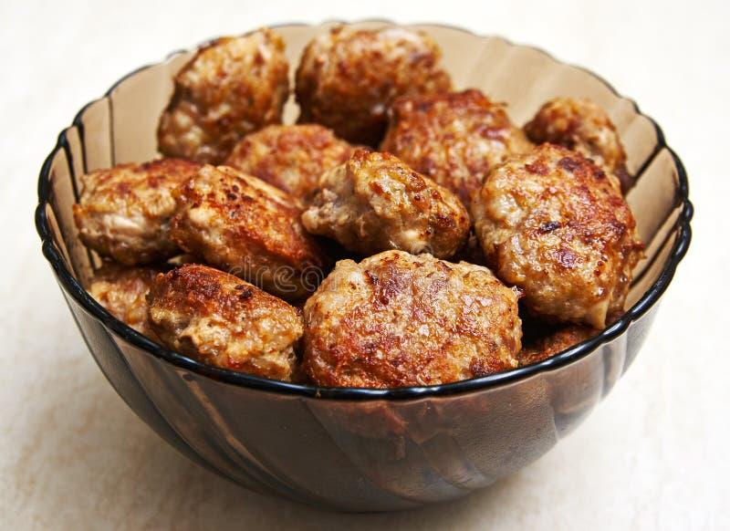 Petits pâtés de viande dans le plat image libre de droits
