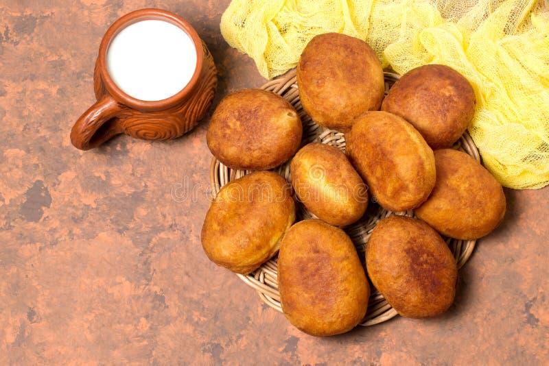 Petits pâtés frits délicieux avec le fromage blanc photographie stock libre de droits