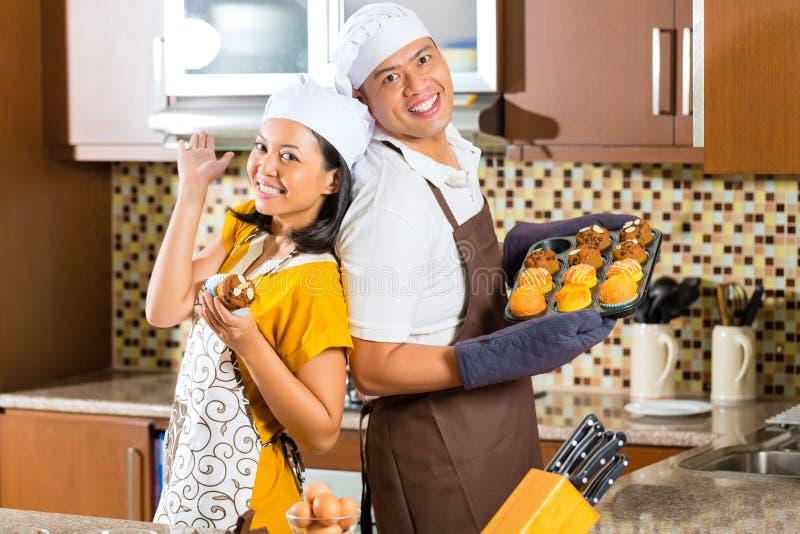 Petits Pains Asiatiques De Cuisson De Couples Dans La Cuisine à La Maison Photo libre de droits
