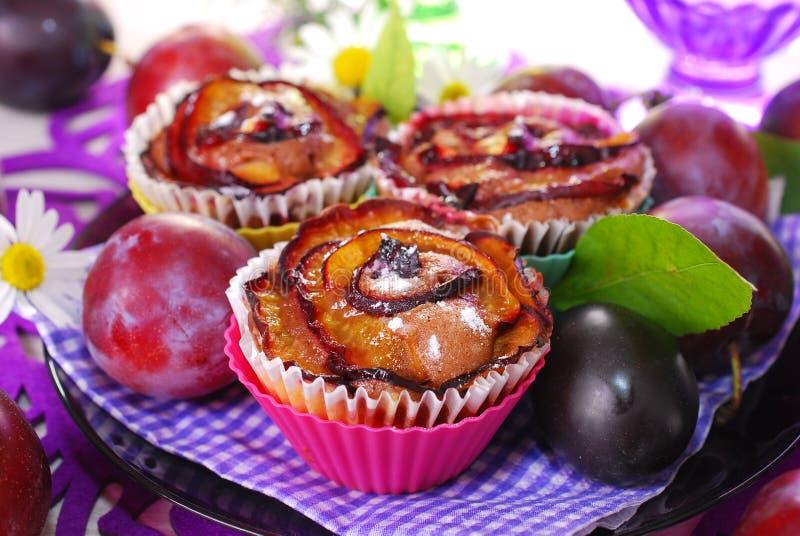 Petits pains avec des prunes dans la forme rose image stock