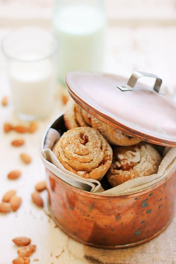 Petits pains avec la cerise et l'amande photographie stock