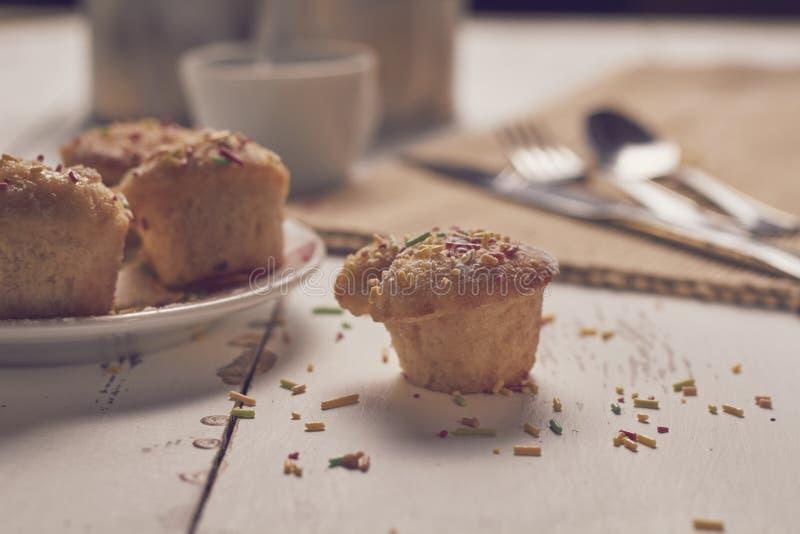 Petits pains avec les frites et le café sucrés images stock