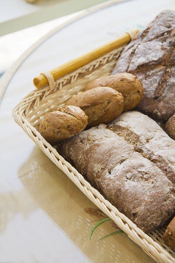 Petits pains chauds dans le panier avec l'espace diagonal de copie photographie stock