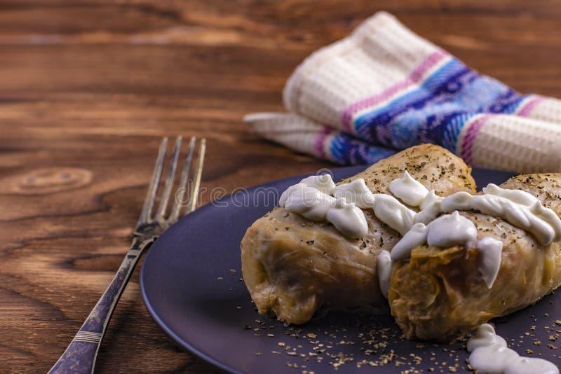 Petits pains chauds de chou avec du riz, viande avec la crème sure dans un plat d'argile Dolmasi de Kelem - feuilles de chou bour images stock