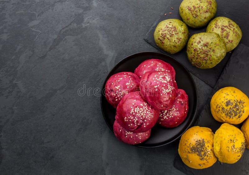 Petits pains colorés faits maison sains de pain pour des hamburgers Bootroot pourpre, épinards verts et petits pains d'hamburgers photos stock