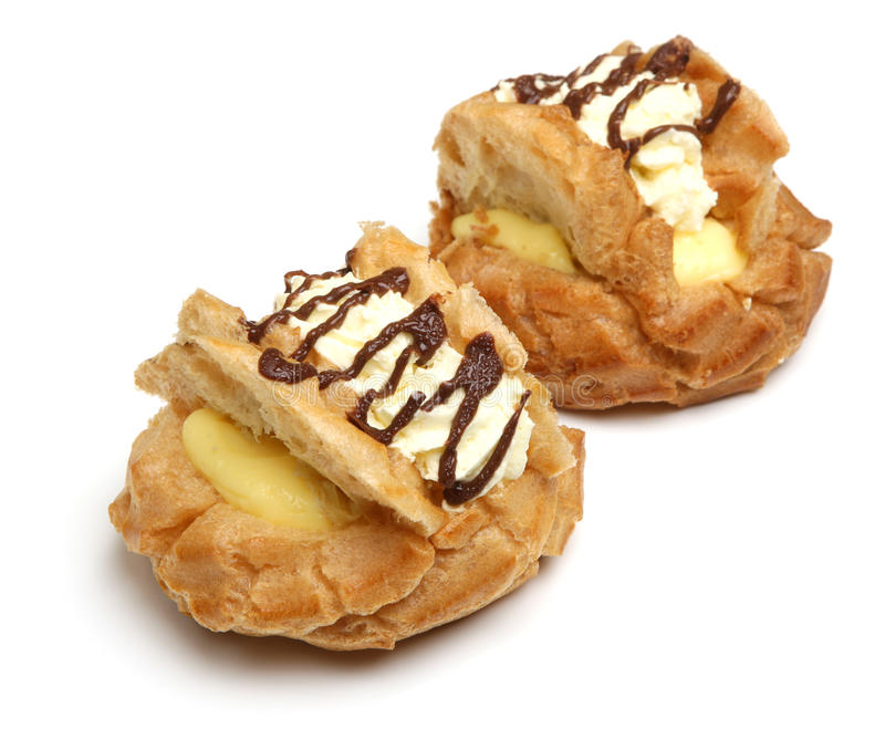 Petits pains crèmes frais de pâtisserie de Choux sur le blanc image libre de droits