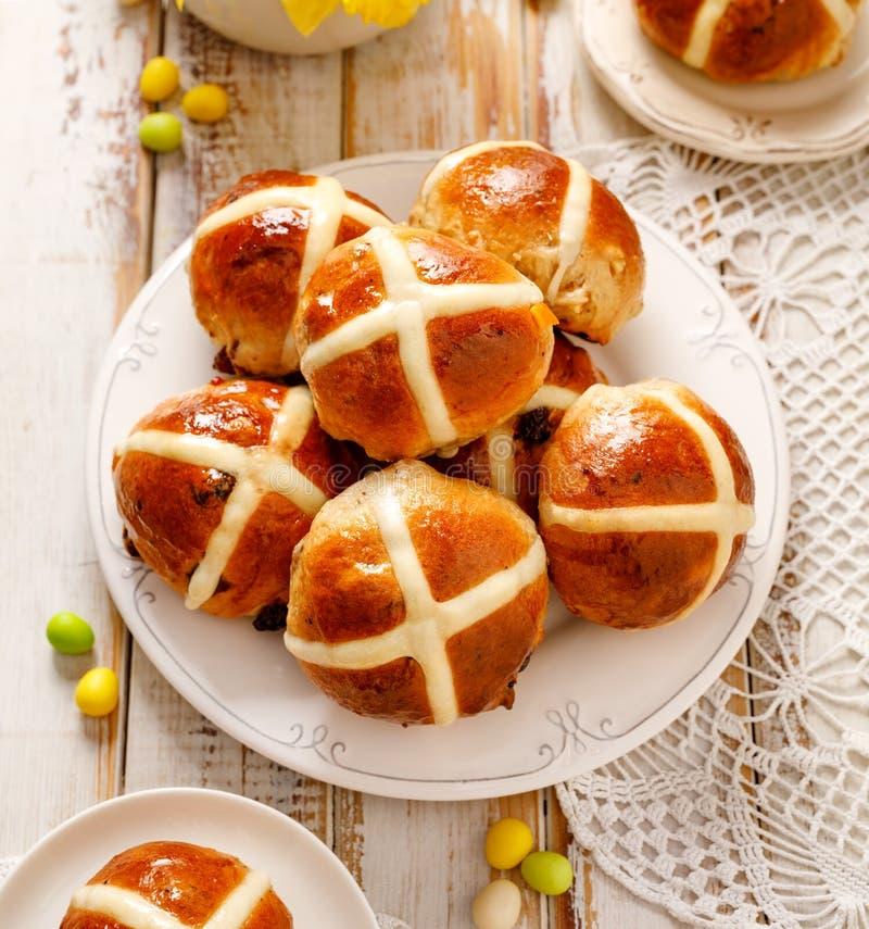 Petits pains croisés chauds, petits pains croisés chauds fraîchement cuits au four d'un plat blanc, vue supérieure photos libres de droits