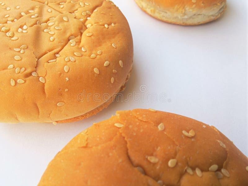 petits pains d 39 hamburger sur le fond blanc photo stock image du cuisine moiti s 67322680. Black Bedroom Furniture Sets. Home Design Ideas