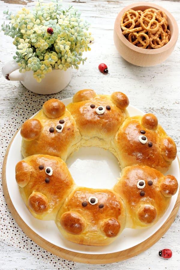 Petits pains d'ours Bre de lait formé par ours ridiculement adorable de traction-à part images stock