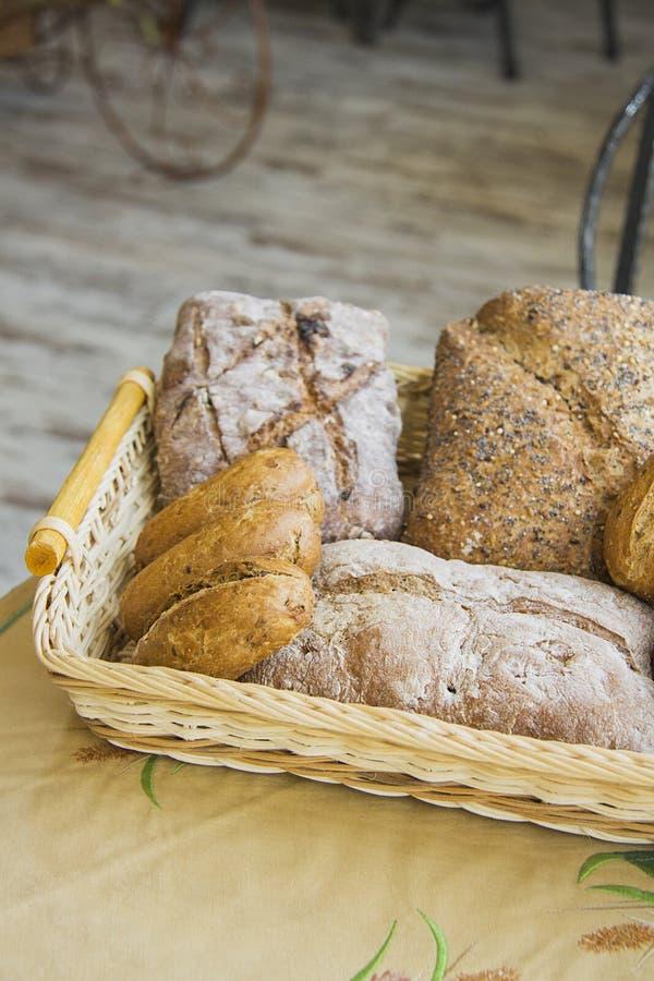 Petits pains dans le panier avec l'espace diagonal de copie photos libres de droits