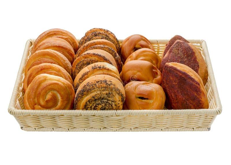 Petits pains dans un panier sur un fond blanc photographie stock libre de droits