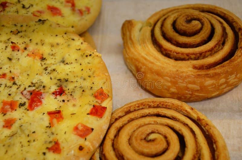 Petits pains de cannelle cuits au four frais sur le plateau en acier de cuisson Petits pains de cannelle faits maison pour le fon photographie stock libre de droits