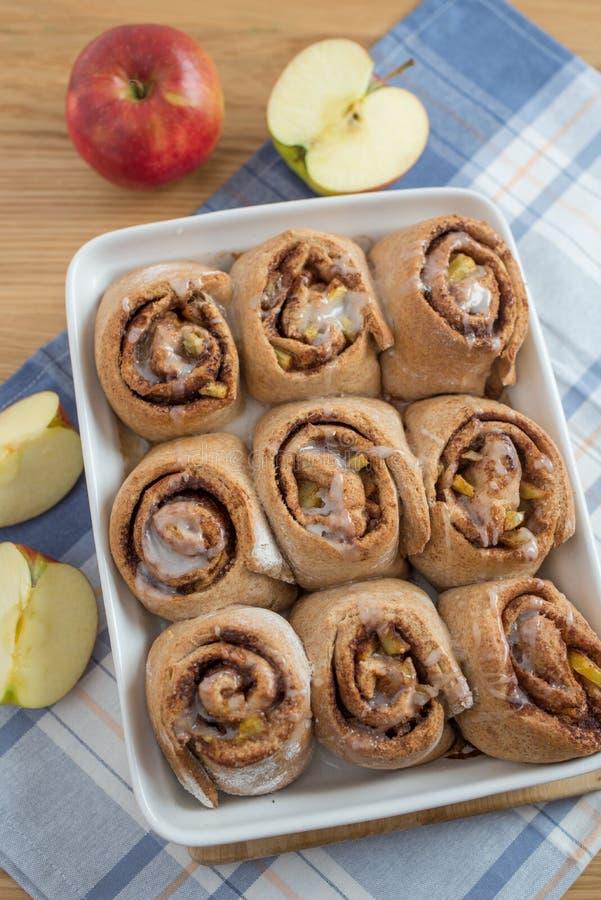 Petits pains de cannelle d'Apple avec le blé entier photographie stock libre de droits