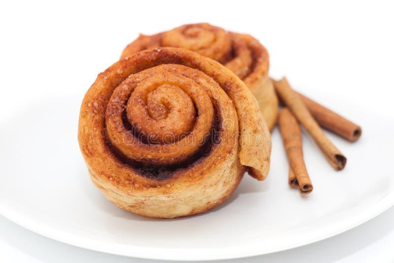 Petits pains de cannelle d'un plat images libres de droits