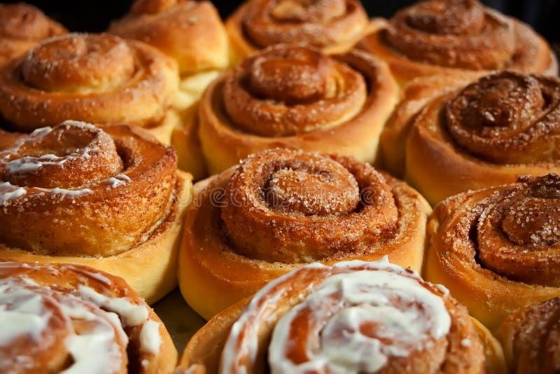 Petits pains de cannelle faits maison doux cuits au four avec amour photo libre de droits