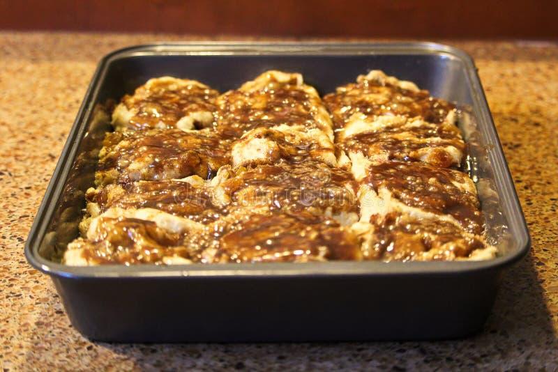 Petits pains de cannelle gratuits de gluten environ à faire cuire au four photo libre de droits