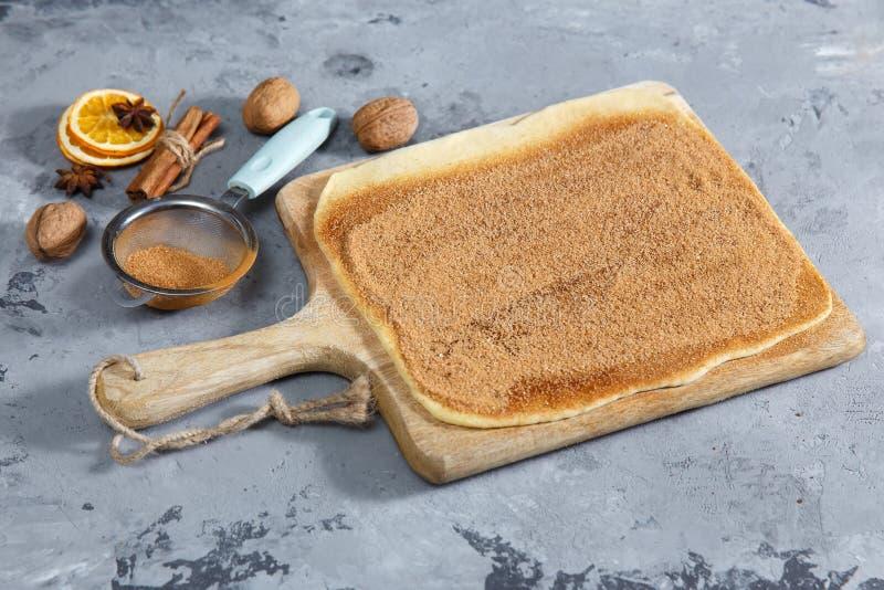 Petits pains de cannelle - pâte crue de procédé de cuisson de Cinnabon Copiez l'espace photo libre de droits