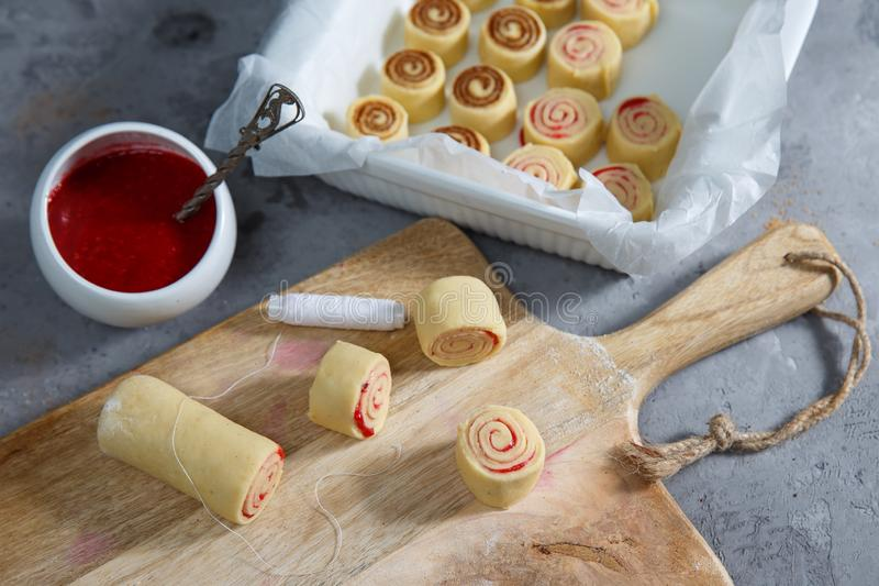 Petits pains de cannelle - pâte crue de procédé de cuisson de Cinnabon photos libres de droits
