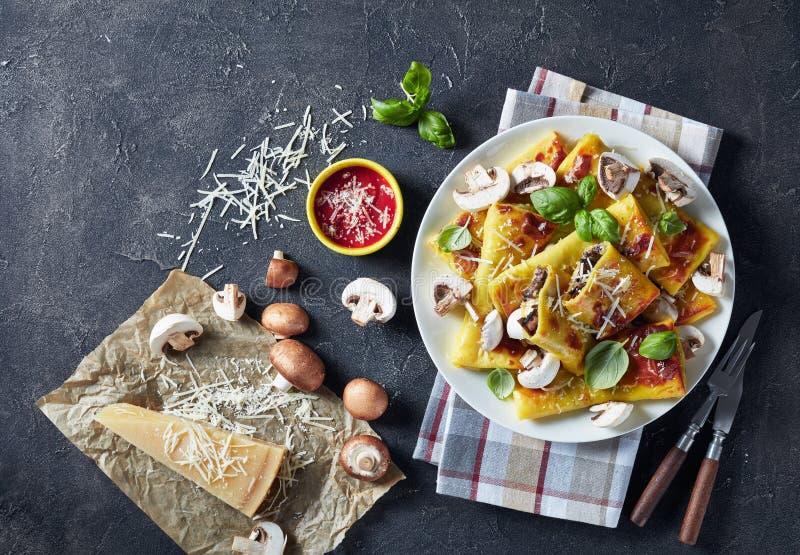Petits pains de crêpe avec le remplissage de parmesan et de champignons image libre de droits
