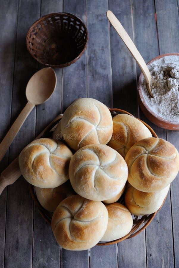 Petits pains de Kaiser dans un panier photographie stock
