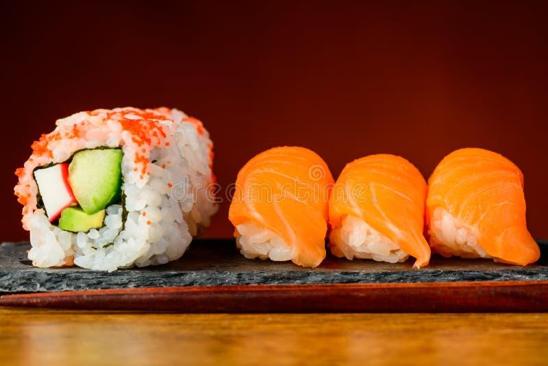 Petits pains de la Californie et sushi de nigiri photo stock
