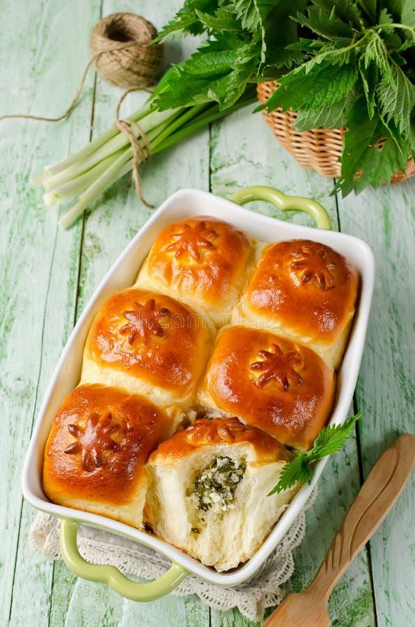 Petits pains de levure avec un remplissage du fromage blanc et de l'ortie images stock