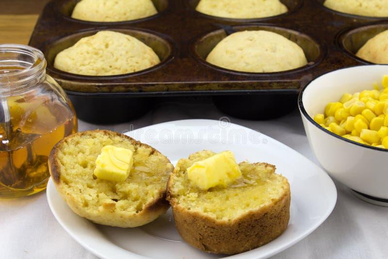 Petits pains de maïs avec du beurre image libre de droits