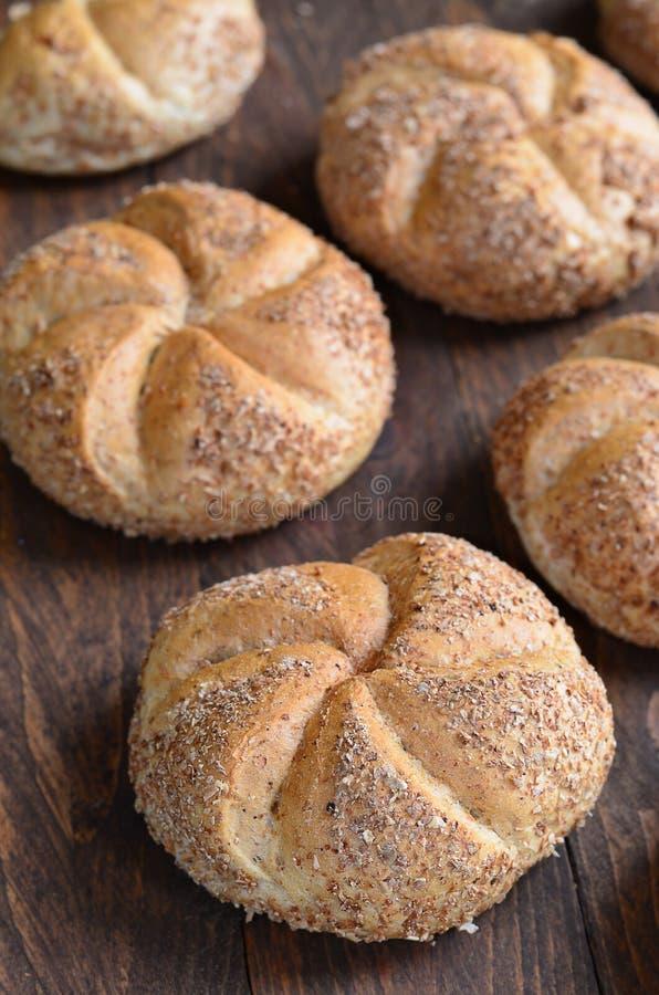 Petits pains de Multigrain Kaiser sur le fond en bois photos libres de droits