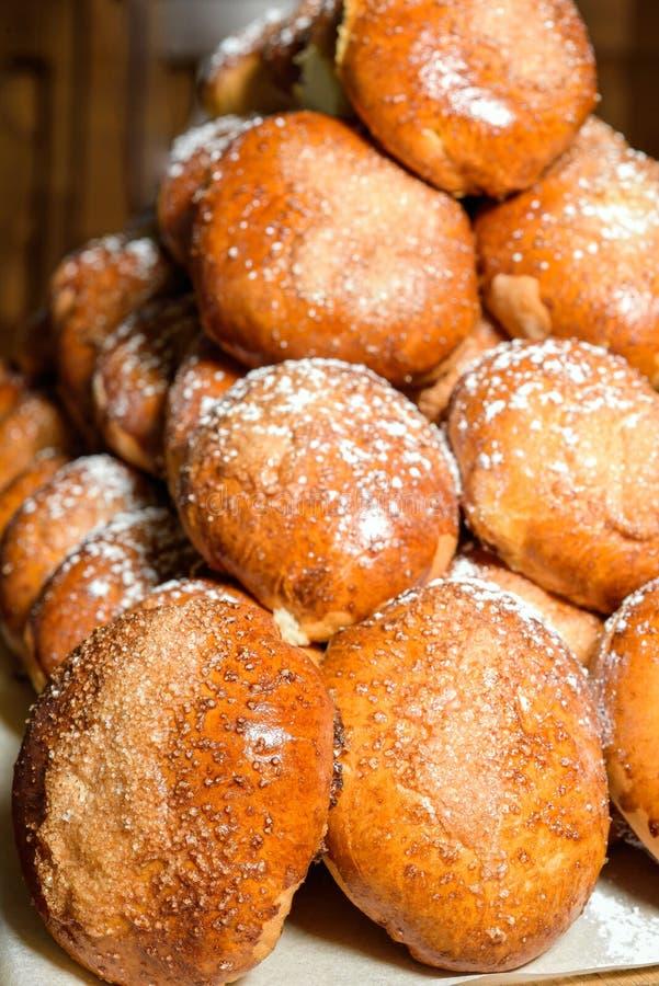 Download Petits Pains De Pâtisserie Rayés Dans Une Rangée Photo stock - Image du céréale, normal: 77156612