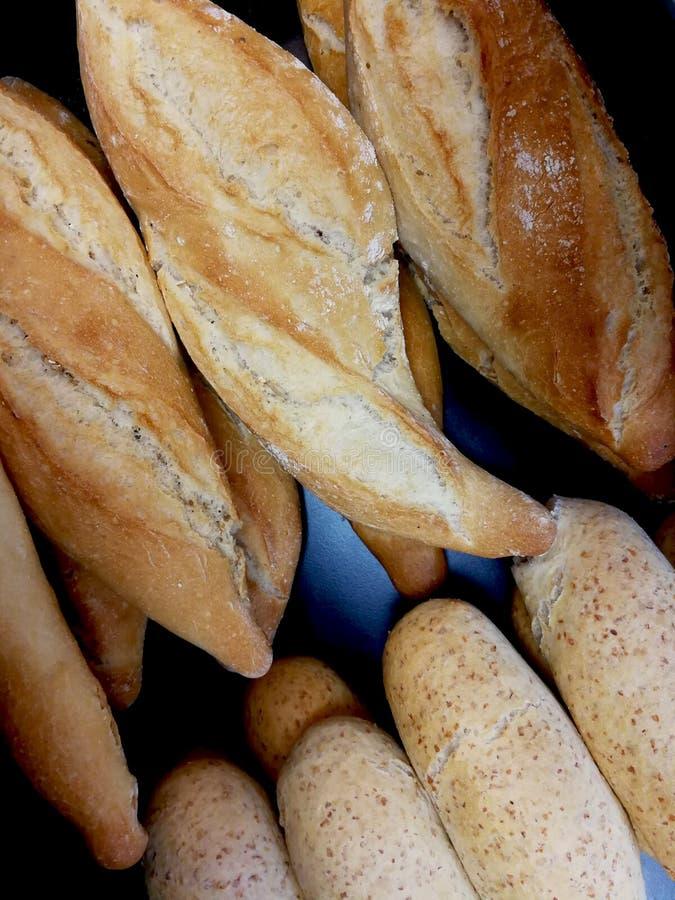 Petits pains de pain dans la boulangerie photo stock
