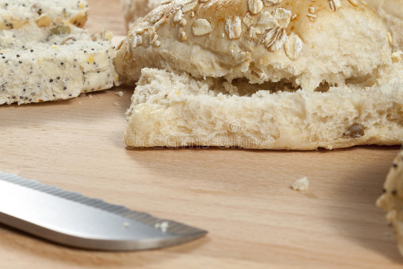 Petits pains de pain de flocon d'avoine s'étendant sur une planche à pain de wodden images stock