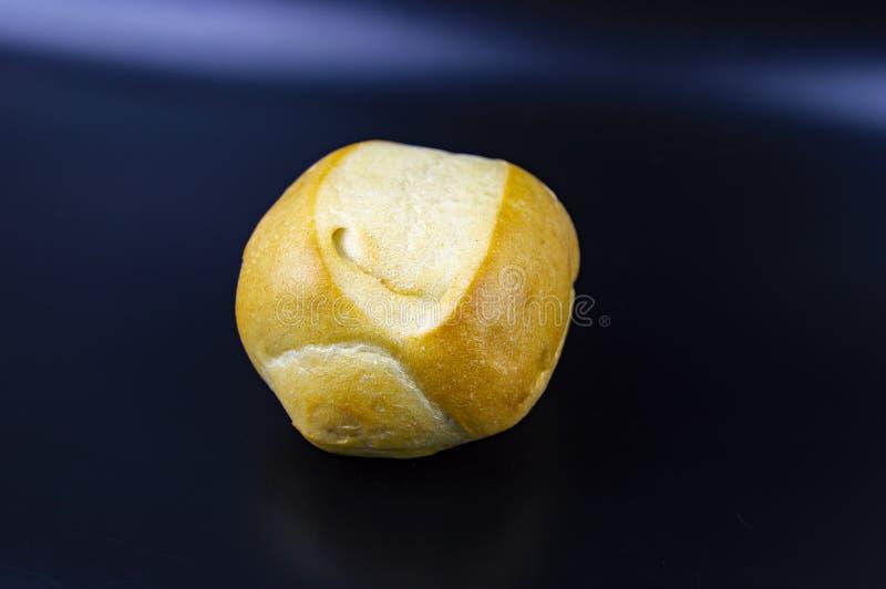 Petits pains de pain sur un fond noir Photo de nourriture images libres de droits