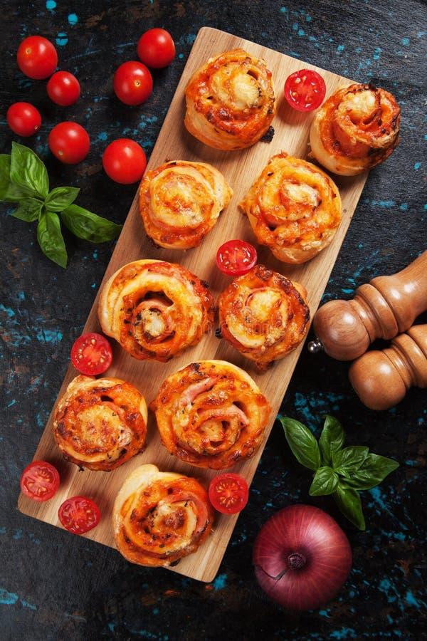 Petits pains de pizza faits par maison photo libre de droits