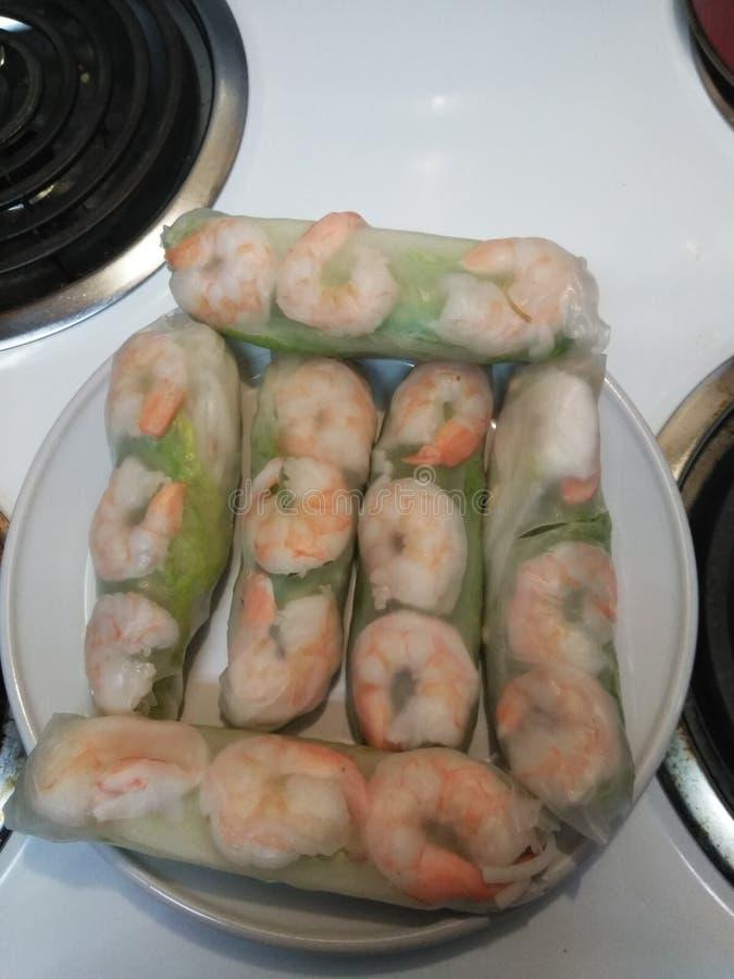 Petits pains de ressort vietnamiens avec de la sauce d'accompagnement à arachide faite par moi images libres de droits