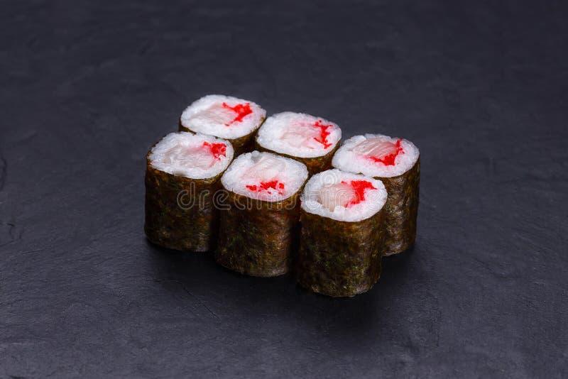 Petits pains de sushi frais délicieux de hosomaki avec les rougets communs et le caviar, au sujet de photos libres de droits