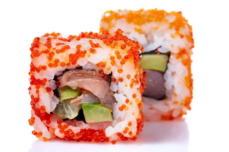 Petits pains de sushi japonais frais traditionnels sur un fond blanc, plan rapproché, foyer sélectif photos libres de droits