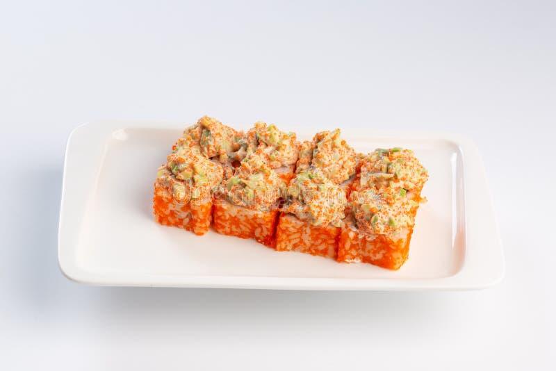 Petits pains de sushi r?gl?s d'un plat rectangulaire sur le fond blanc photo libre de droits