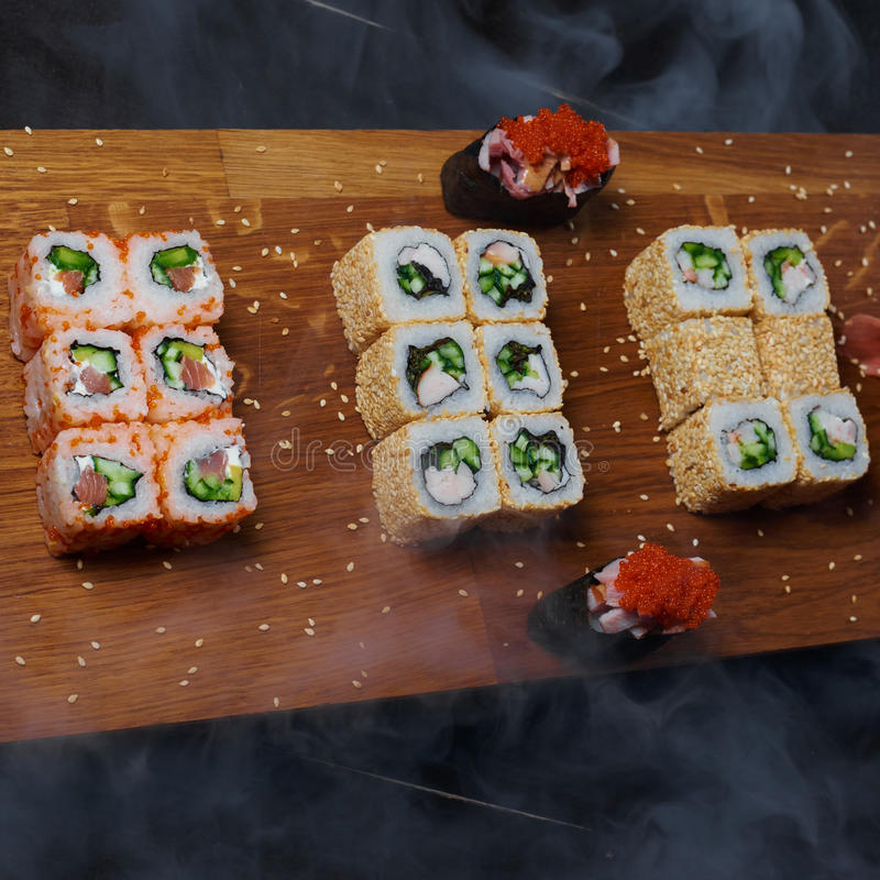 Petits pains de sushi sur un conseil en bois photographie stock