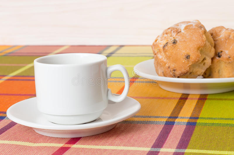 Petits pains de tasse de café sur la table photos libres de droits