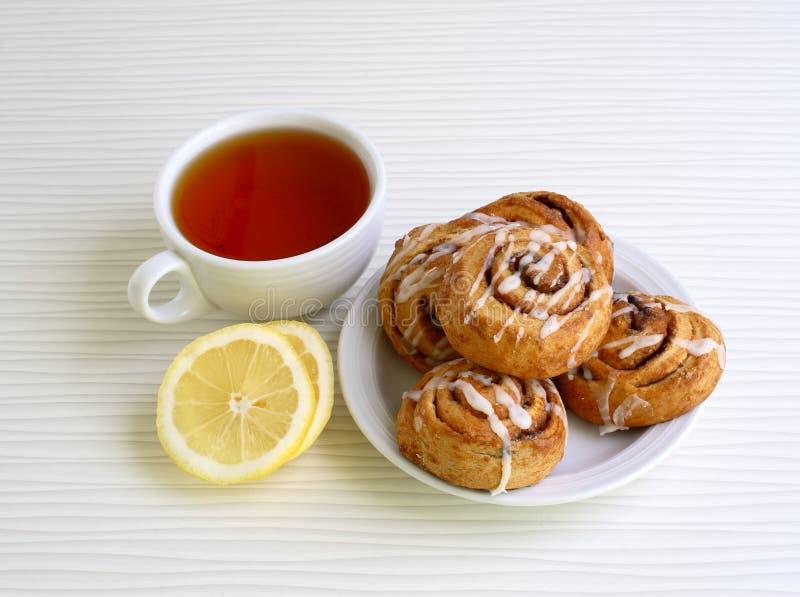 Petits pains doux avec de la cannelle d'un plat photo stock