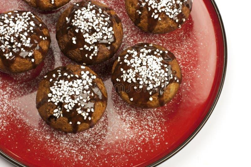 Petits pains doux avec le lustre de chocolat images libres de droits