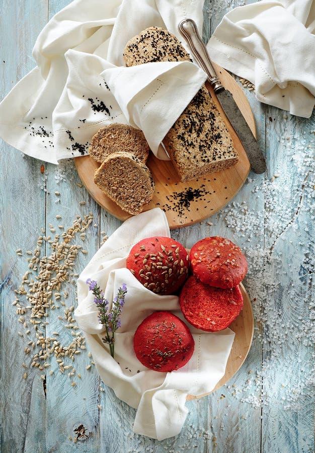 Petits pains entiers de brioche de pain et de betteraves de blé de grain images libres de droits