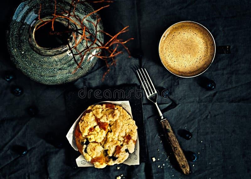 Petits pains et café de miette de myrtille images stock