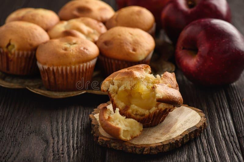 Petits pains faits maison avec le bourrage de pomme photo libre de droits