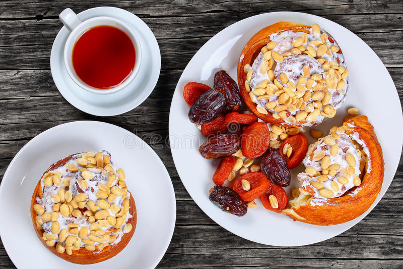 Petits pains faits maison cuits au four de cannelle complétés avec des arachides image libre de droits