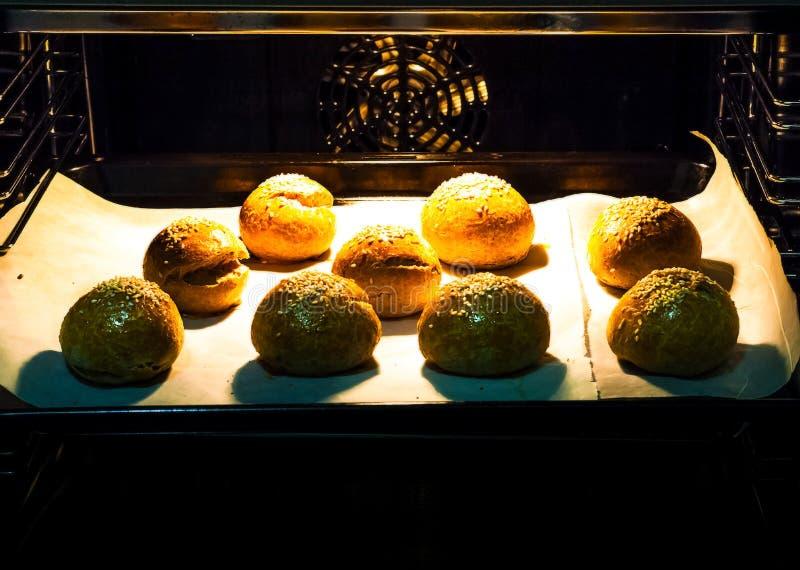 Petits pains faits maison de vegan cuits au four dans le four closeup photo stock