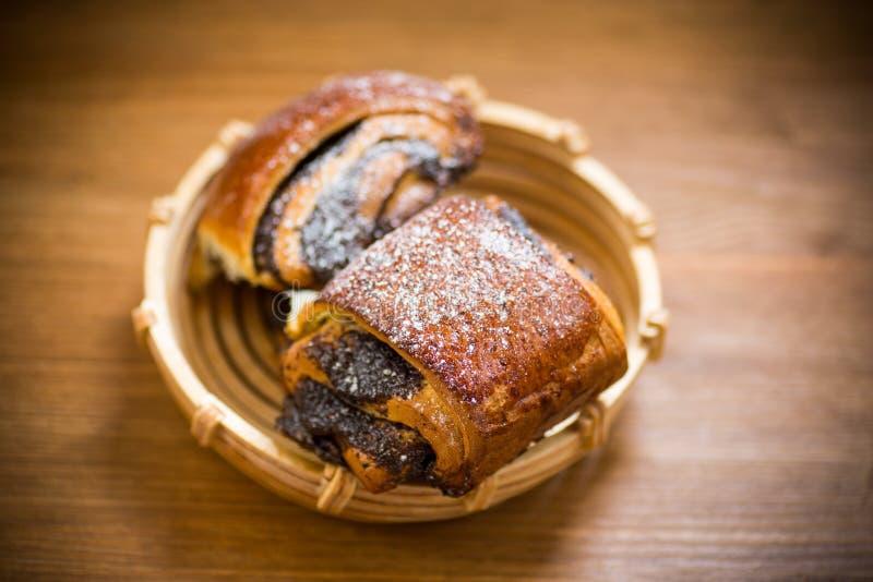 Petits pains faits maison doux avec des clous de girofle dans une cuvette photographie stock libre de droits