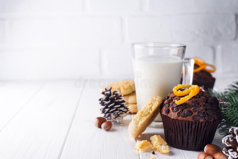 Petits pains faits maison fraîchement cuits au four de chocolat avec la cruche avec du lait image libre de droits