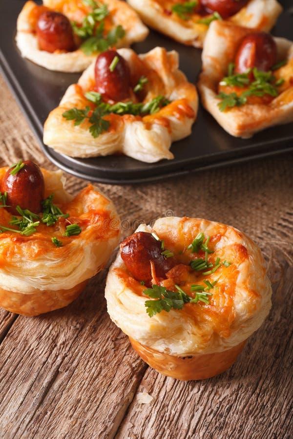 Petits pains fraîchement cuits au four avec le plan rapproché de saucisse, de fromage et d'oignon Le VE image stock